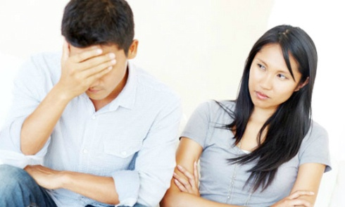 Việc kiểm soát chồng quá mức sẽ đẩy họ tìm kiếm sự bình yên nơi người phụ nữ khác. Ảnh minh họa