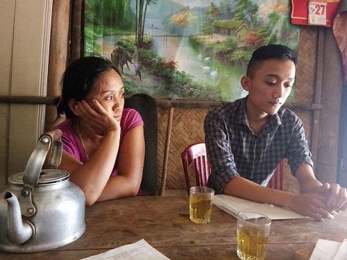Mậu Kim và mẹ trong ngôi nhà xập xệ. Ảnh: T.G