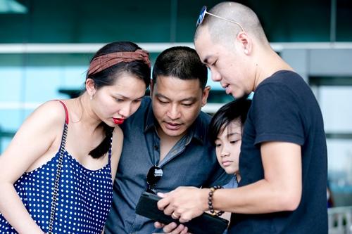 Vợ chồng Kim Hiền (trái) bên con trai riêng và chồng cũ của cô