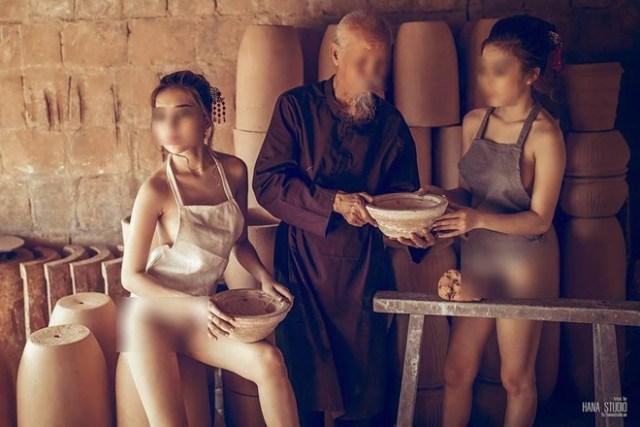 Hình ảnh hai cô gái ăn mặc phản cảm chụp ở làng gốm đang gây bức xúc trong dư luận.