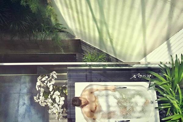 Chàng ca sĩ thư giãn trong phòng tắm ngoài trời đầy cây lá. Anh đang rất vui vì album BoLeero mới ra mắt 10 ngày đã đạt 30 triệu lượt nghe trực tuyến.