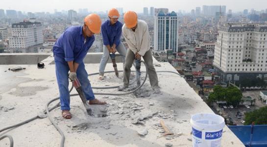 Cảnh cắt ngọn tòa nhà 8B lê Trực. (ảnh: HC)