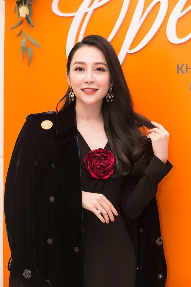 Sau vụ lùm xùm, Linh Nga vừa mới xuất hiện tại một sự kiện cách đây vài ngày, cô khiến người hâm mộ ngỡ ngàng trước nhan sắc rạng rỡ xinh đẹp của mình.