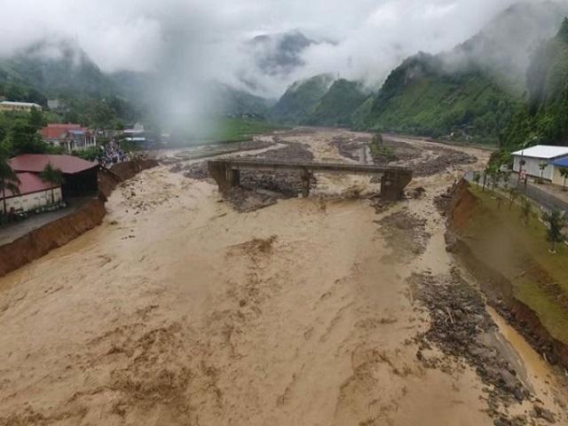 Mưa lớn gây khó khăn cho công tác cứu trợ sau mưa lũ.