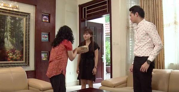 Mẹ chồng ném tiền vào mặt con dâu trước sự chứng kiến của con trai. Ảnh chụp từ clip.