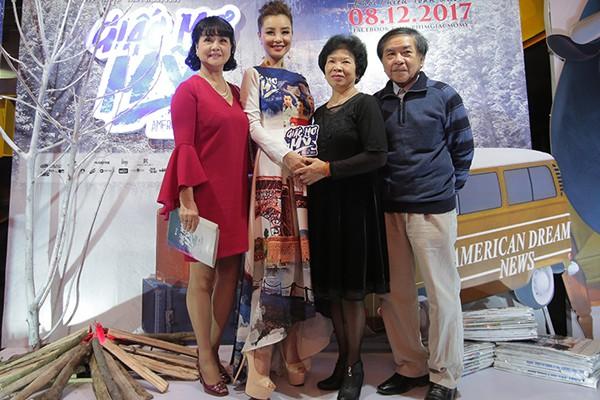 Mẹ Mai Thu Huyền đến chúc mừng lễ ra mắt phim của con gái.