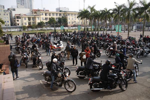 Các biker có mặt từ sớm để sắp xếp đội hình diễu hành.