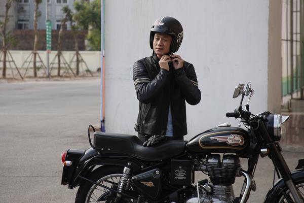 MC Anh Tuấn với chiếc xe của người bạn thân thiết.