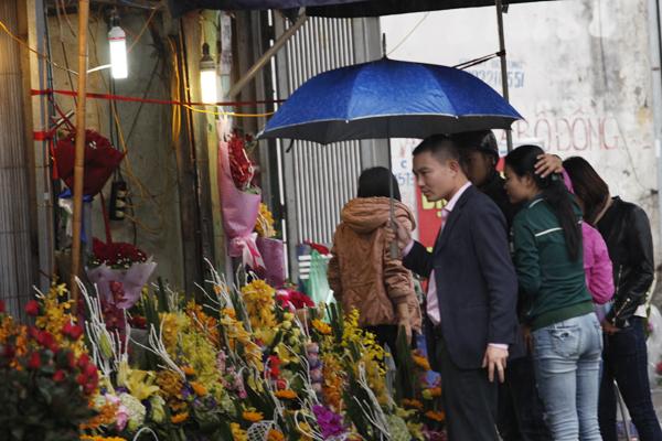 Cửa hàng hoa luôn đông khách trong dịp lễ 8/3.