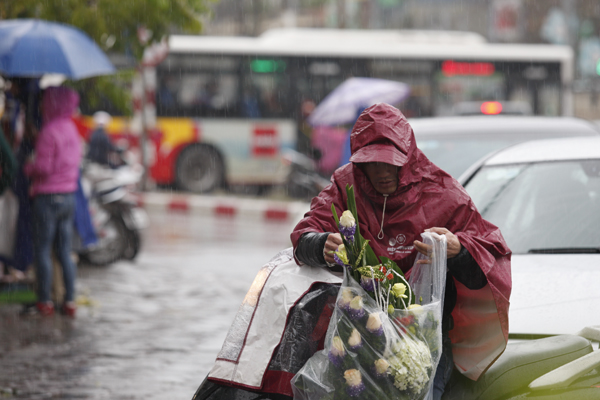 Cơn mưa rất to nhưng các anh vẫn quyết tâm mua bằng được những bó hoa đẹp.