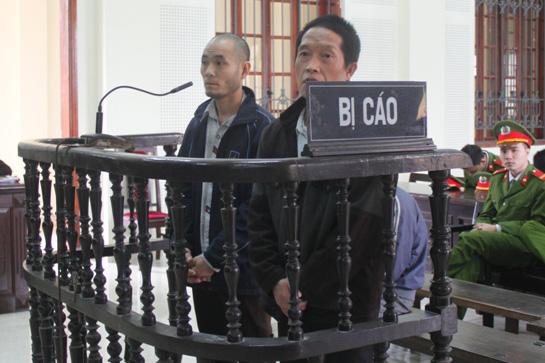 Bị cáo Chò Cha (bìa trái) và Pủa tại phiên tòa. Ảnh: V.Đồng
