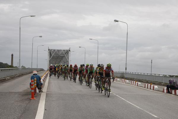 Các cua rơ băng qua cầu Bến Thủy khi đường hoàn toàn khô ráo.