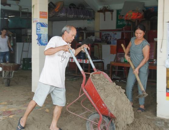 Sóng dâng cao khiến cát tràn cả vào các ki ốt kinh doanh.