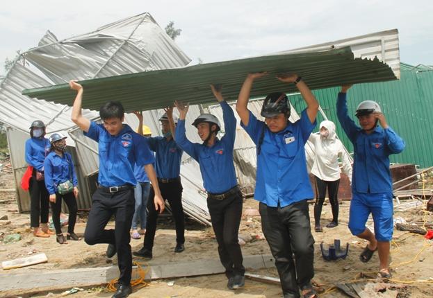 Thanh niên tình nguyện thị xã Cửa Lò chung sức cùng người dân khắc phục hậu quả sau bão.