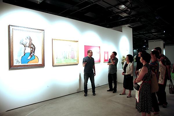 Một buổi tham quan triển lãm tranh của cố họa sĩ Lưu Công Nhân.
