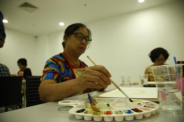 Qua từng buổi học, những học viên lớn tuổi đã làm quen với thế giới của màu sắc. Họ đã có thể cho ra những tác phẩm của mình bằng nhiều chất liệu khác nhau như màu nước, chì, sơn mài ...