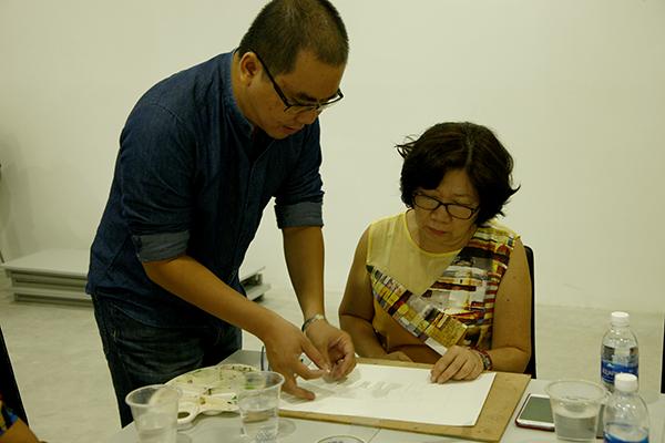 Thầy giáo hướng dẫn các thủ thuật vẽ khác nhau để cho ra đời một tác phẩm hội họa.