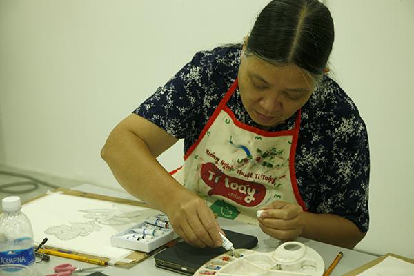 Qua những buổi dạy, các học viên đã tự tin làm chủ được màu sắc cho bức vẽ của mình.