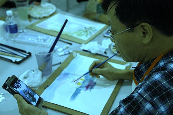 Nghệ thuật hội họa giúp các học viên vượt qua được tâm lý ngại học tập ở người lớn tuổi.
