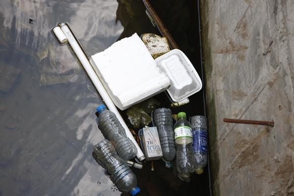 Bị bỏ bê, nhiều hạng mục bị biến thành điểm xả rác của người dân.