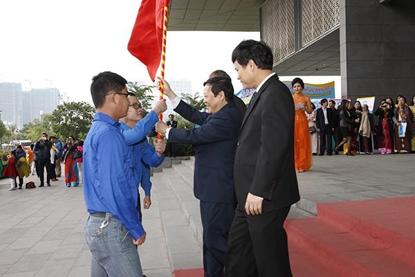 Thứ trưởng Bộ Y tế trao cờ phát động cho đại diện lực lượng thanh niên.