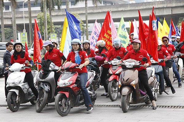 Đông đảo lực lượng tham gia diễu hành cổ động Tháng hành động Quốc gia về Dân số và Ngày dân số Việt Nam.