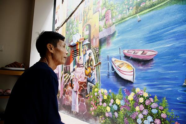 Giờ đây, ngồi ngắm cảnh đã trở thành thói quen của người dân ngõ 68 Yên Phụ.