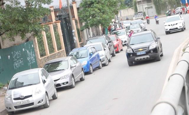 Tại phố Miếu Đầm (đoạn đường dẫn lên cầu vượt Mễ Trì), sau trung tâm Hội nghị Quốc gia xuất hiện dọc hai bên đường là vạch sơn trắng kéo dài cả cây số.