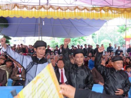 Lễ hội hàng năm được các cao niên trong làng đọc lời thề không tham nhũng