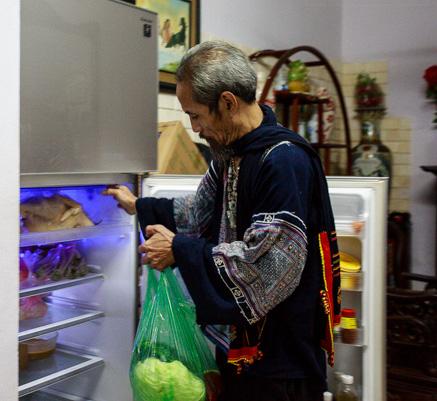 Nam diễn viên tự đi chợ và chuẩn bị thức ăn cho cả gia đình