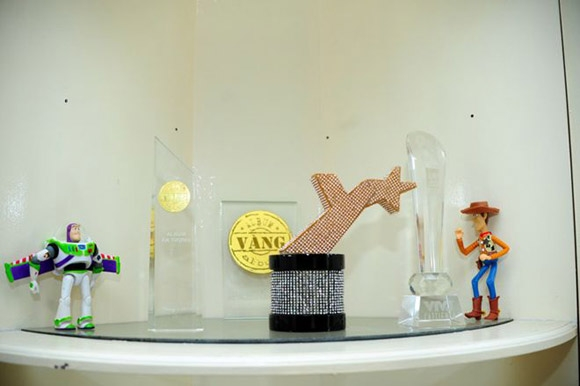 Một góc nhỏ trong căn hộ trưng bày các giải thưởng mà nam ca sĩ đã đạt được.