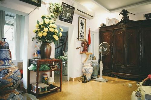 Xen lẫn giữa những món đồ cổ là những bình hoa khiến căn phòng trở nên rực rỡ hơn