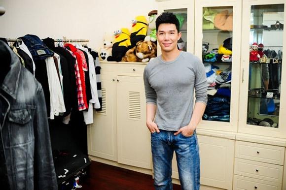 Điểm nhấn trong căn hộ của Nathan Lee còn nằm ở phòng quần áo đồ sộ của nam ca sĩ.