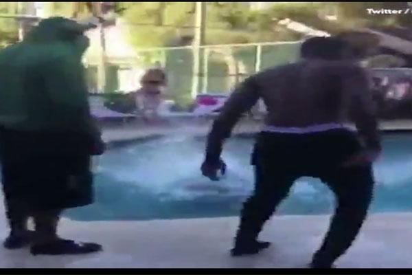 Hình ảnh khi ném xong cụ bà xuống hồ bơi của nhóm thanh niên.