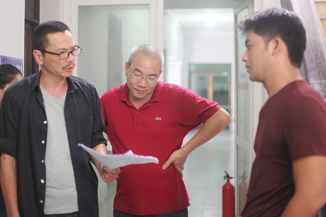 """Đạo diễn Nguyễn Danh Dũng (giữa) trên trường quay """"Người phán xử"""". Ảnh: VTV"""