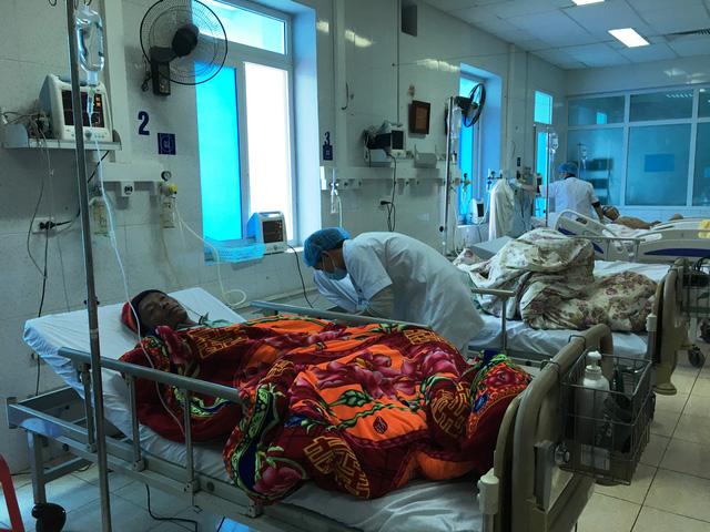 Các bác sĩ thăm khám cho bệnh nhân trong vụ ngộ độc tập thể ở Lai Châu. Ảnh: Nhật Tân