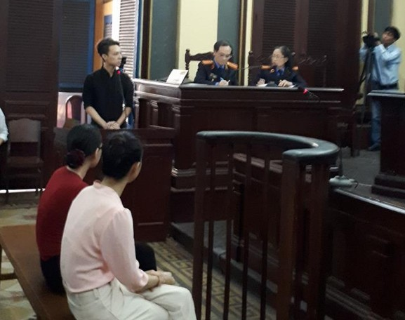 Ông Lữ Minh Nghĩa trả lời trước tòa. Ảnh: Bảo Hằng