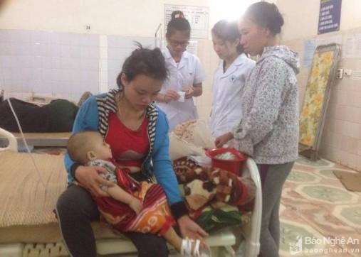 Chị Lữ Thị Hồng và con trai Lô Minh Đức tại Trung tâm y tế huyện Quế Phong. Ảnh: Báo Nghệ An