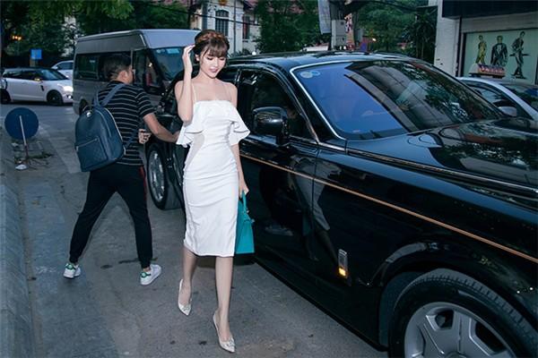 Ngọc Duyên và siêu xe được bạn trai tặng có giá trị 70 tỷ đồng.