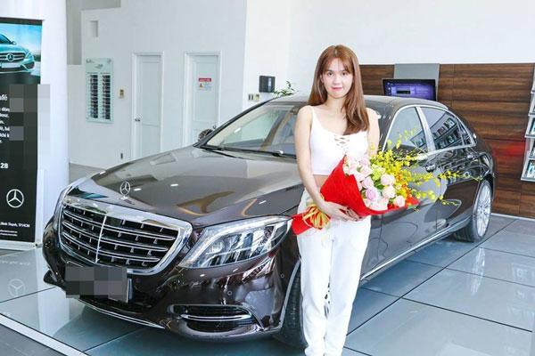 Ngọc Trinh khoe xe sang 12 tỷ hồi tháng 4/2017.