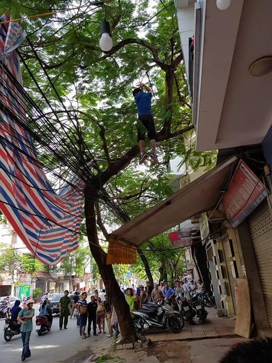 Người đàn ông Hàn Quốc chết trong tư thế treo cổ trên cây ở đường Văn Cao. Ảnh: HV