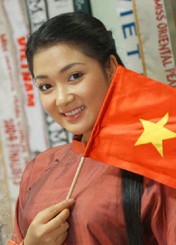 Gương mặt xinh đẹp với những nét tròn trịa mà vẫn đậm đà chất riêng đã khiến Nguyễn Thị Huyền lọt vào mắt xanh của ban giám khảo Miss World năm ấy.