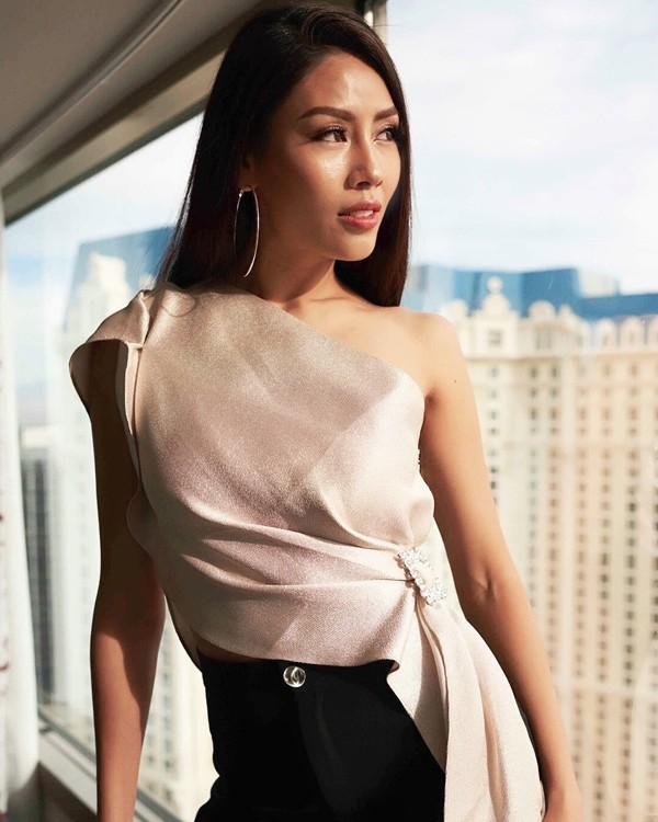 """Ngày 10/11, Nguyễn Thị Loan đã chính thức lên đường sang Las Vegas, Mỹ để tham gia cuộc thi Miss Universe – Hoa hậu Hoàn vũ 2017. Đây là lần thứ 3 người đẹp Thái Bình được vinh dự đại diện Việt Nam """"chinh chiến"""" ở một đấu trường nhan sắc đẳng cấp quốc tế."""
