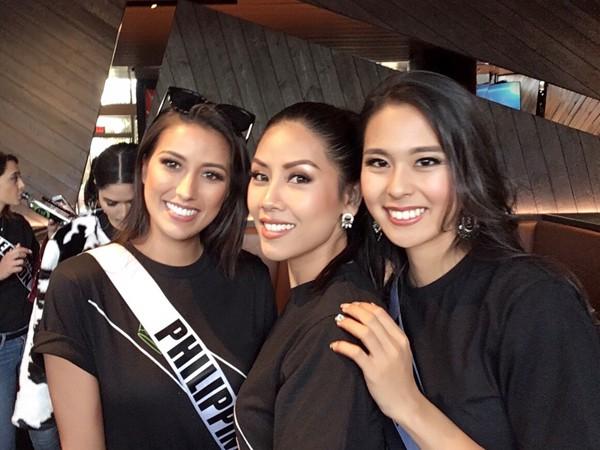 Nguyễn Thị Loan khoe nhan sắc mặn mà bên cạnh những thí sinh châu Á. Nhan sắc của người đẹp gốc Thái Binh được cho là đã đủ độ chín để thi đấu cũng các thí sinh tại Miss Universe 2017.