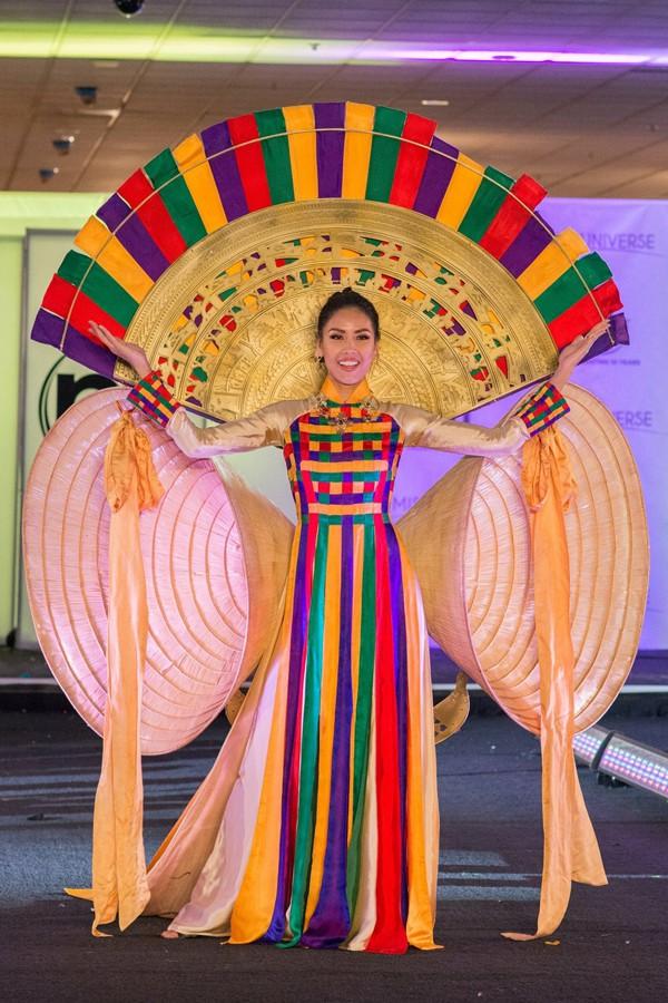 Nguyễn Thị Loan tạo hiệu ứng thị giác cực mạnh trong phần thi trang phục truyền thống tại Miss Universe 2017. Trang phục này mang tên Hồn Việt được thiết kế bởi NTK Nguyễn Hữu Bình.