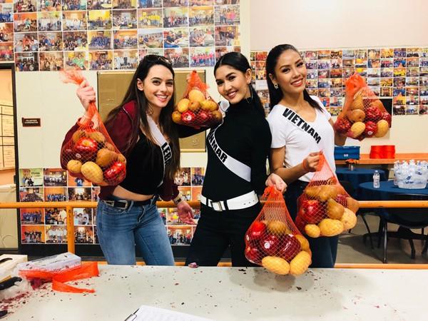 Nguyễn Thị Loan còn ghi dấu ấn bằng những hoạt động ngoài lề như đi mua đồ ăn, gói bánh cho người vô gia cư tại Las Vegas. Được biết đêm chung kết Miss Universe – Hoa hậu hoàn vũ 2017 sẽ diễn ra vào ngày 26/11.