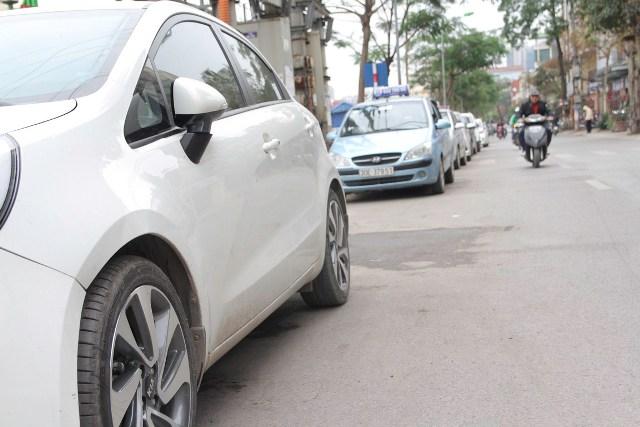 Điểm trông giữ xe có phí đỗ hàng dài trên đường Nguyễn Ngọc Vũ.