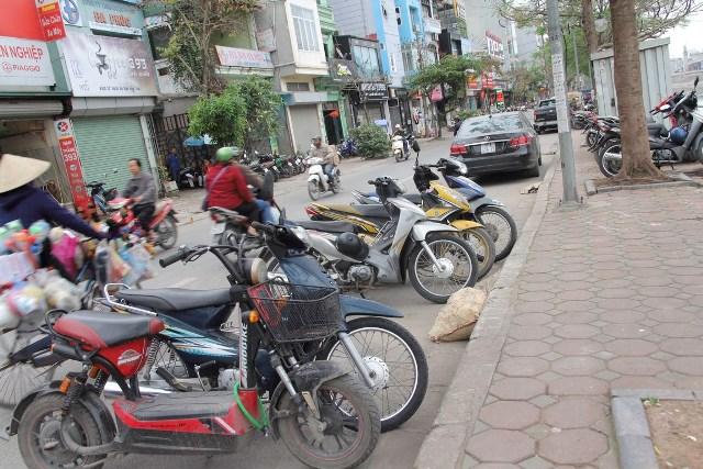 Những điểm trông giữ xe máy tự phát mọc ngay trên lòng đường.