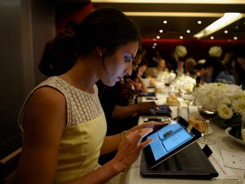 Thực khách sẽ lựa chọn món ăn trên chính chiếc ipad. Ảnh: Business Insider.