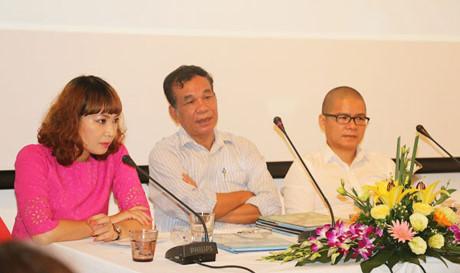 Nhà văn Dili cùng các khách mời.